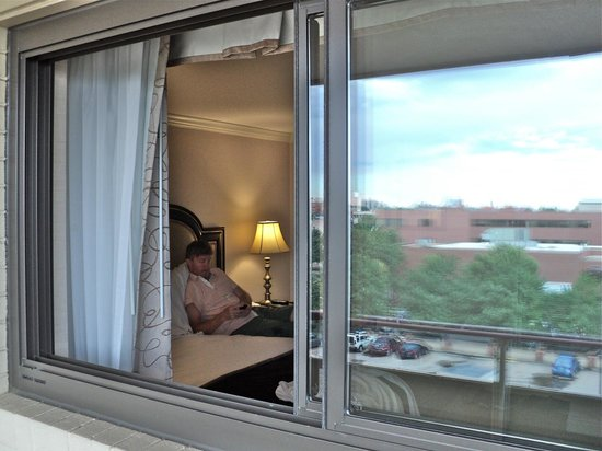 Warwick Denver Hotel: view looking through the window from balcony