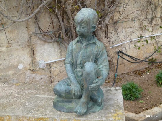 Palazzo Parisio & Gardens: A nice statue of a boy in a corner of the garden.