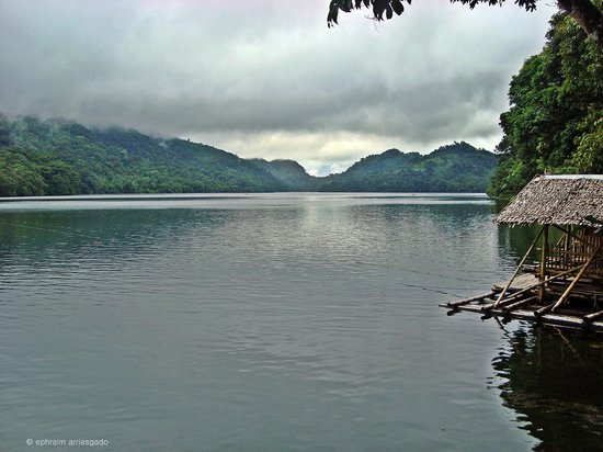 Ormoc, Filipinas: Lake Danao and a cottage.