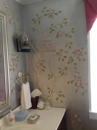 Atlee House Bed and Breakfast: Hall bath - walls painted by local artist