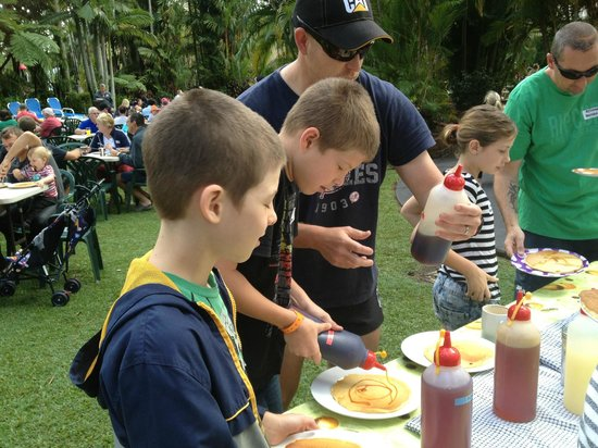 Cairns Coconut Holiday Resort: Pancakes by the Pool supplied by the Resort