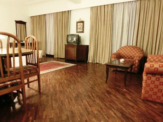 Grand Hotel Kathmandu: Suite - small dining and lounge area