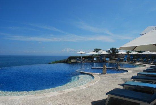 Blue Point Bay Villas & Spa: pool view