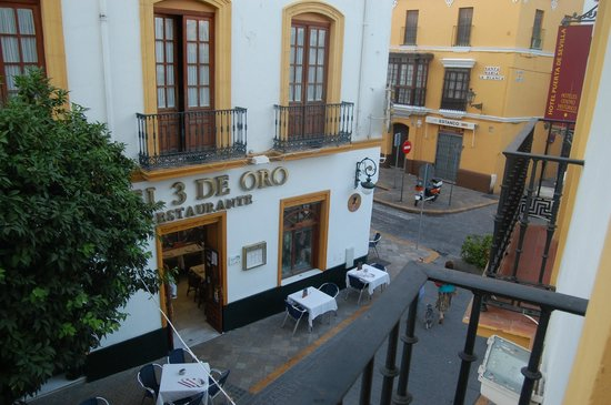 Hotel Puerta de Sevilla: The restaurant opposite which belongs to the same group