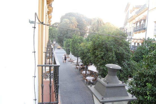 Hotel Puerta de Sevilla: View from our balcony of the public gardens
