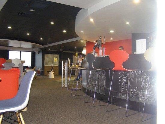 Ibis London Luton Airport : reception et bar