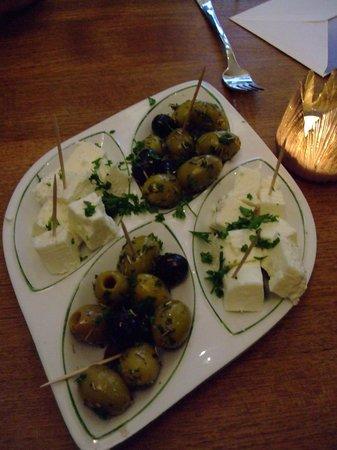 Weinhöfchen: Oliven & Schafskäse