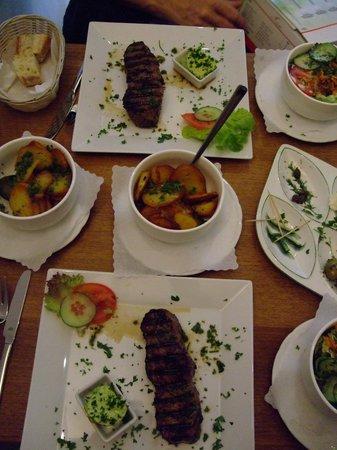 Weinhöfchen: Rumpsteak mit Bratkartoffeln und Salat