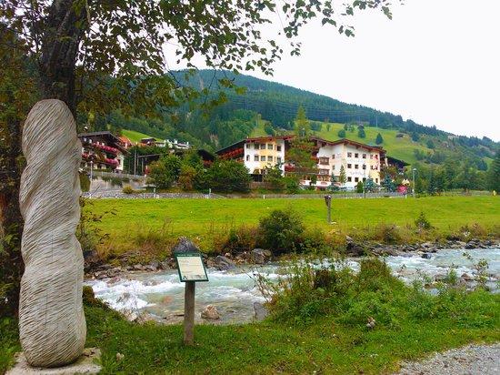 Alpenhotel Tirolerhof: Hotel from otherside river