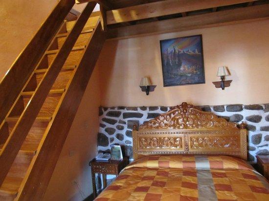 Amaru Hostal: O quarto com sua bela cama.