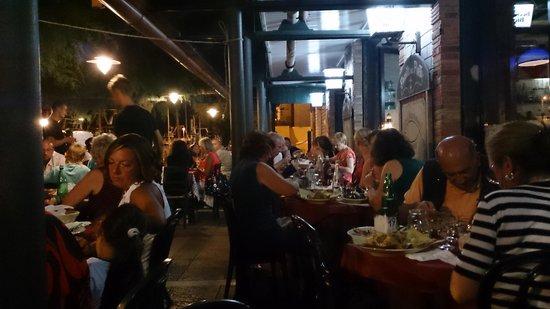 Fronte del Porto: tavoli all'esterno