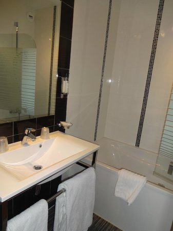 Best Western Plus L'Artist Hotel: バスルーム