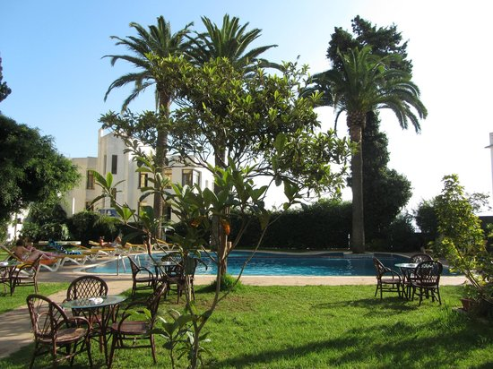 Rembrandt Hotel: pool and garden
