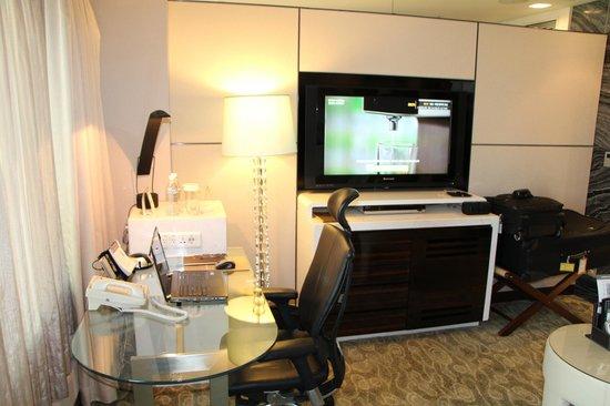 Lotte Hotel Seoul: Large TV