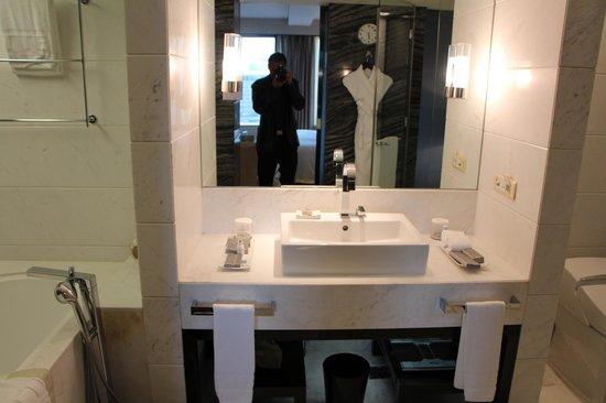 Lotte Hotel Seoul: Large bathroom.