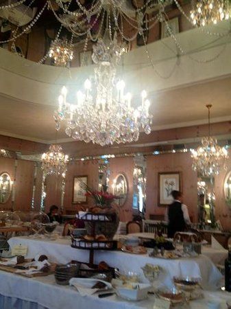 Bristol Hotel Salzburg: buffet breakfast room.