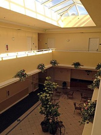 Gateway Inn and Suites Hotel: Atrium/Courtyard