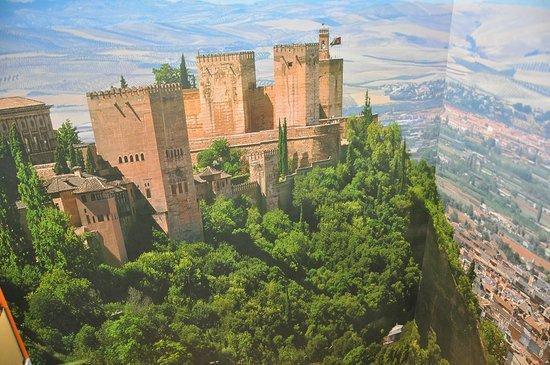 Hotel Macia Real de la Alhambra: Mural del pasillo