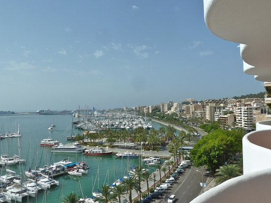 TRYP Palma Bellver Hotel : Looking west along Paseo Maritimo