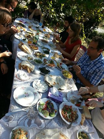 Envoy Hostel and Tours: Lunch prepared by a local family in their garden