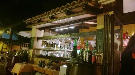 Don Carlos Paguera: abendliche Bar im Außenbereich des Restaurants