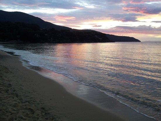 Hotel Edera: tramonto sulla spiaggia di procchio