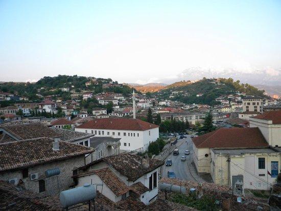 Hotel Nasho Vruho: Vista dalla camera sulla città e monte Tomorr