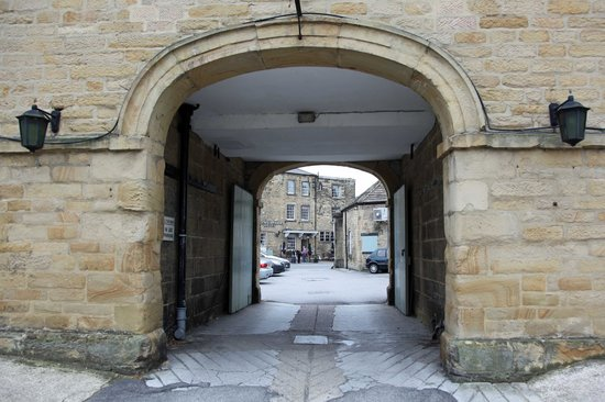 Rutland Arms Hotel Bakewell : View through the stable arch to the hotel.
