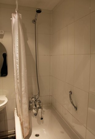 Rutland Arms Hotel Bakewell : Bath with shower over.