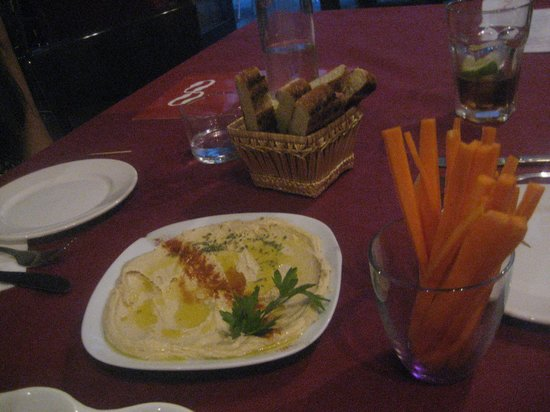 Café Infinito: Hummus dip with carrots and warm bread