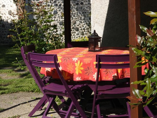 la terrasse et son salon de jardin ,soleil du matin - Picture of ...