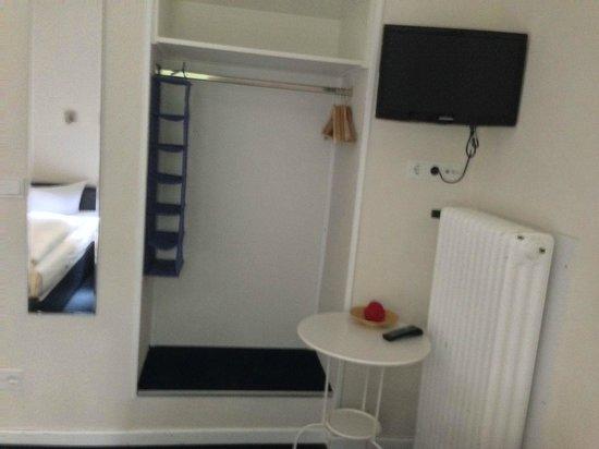 Arcade-Hostel: TV and clothes storage