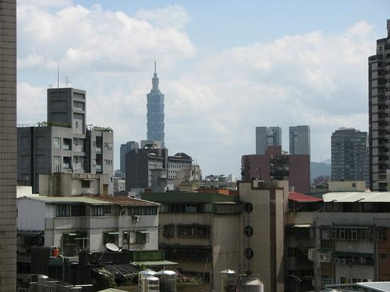 Li Yuan Hotel: Looking from room to Taipei 101