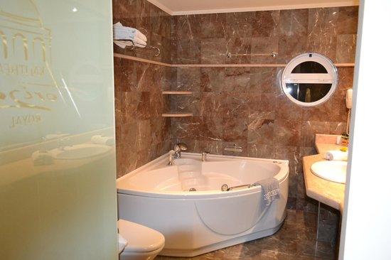 salle de bain + balnéo - Bild von Kalithea Horizon Royal, Kallithea ...