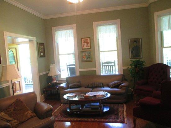 Maple Leaf Inn: Lounge Room