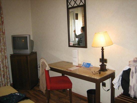 Hotel Palacio de Valderrabanos: Tele y escritorio