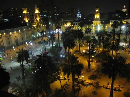 Plaza de Armas Hostel: view at night of Plaza de Armas