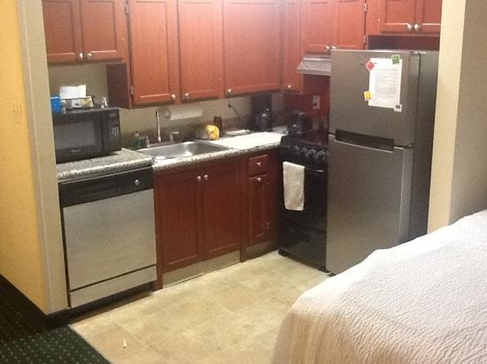 TownePlace Suites Boca Raton: kitchen in the suite, notice the distance to the bed.