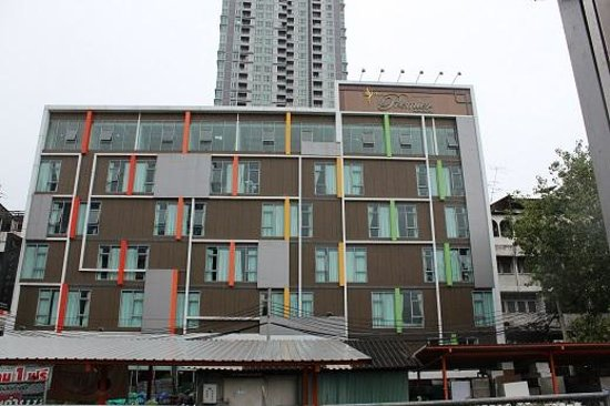 FX Hotel Metrolink Makkasan: ペッチャンブリー駅3番出口より