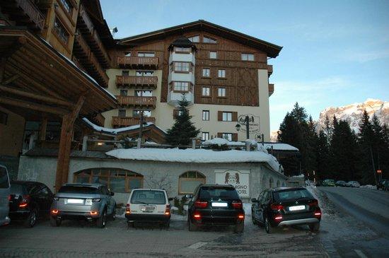 Carlo Magno: Вид отеля с дороги.