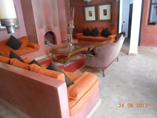 Riad Dar Saad : Petit salon juste au niveau de la porte de la suite Salmia