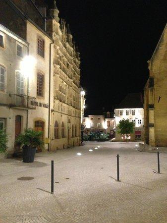 Hotel Restaurant de la Basilique : Local Street at night