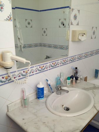 Hotel Spa Villa del Mare: Grande con finestra, dotato di vasca da bagno poco funzionale per la doccia.