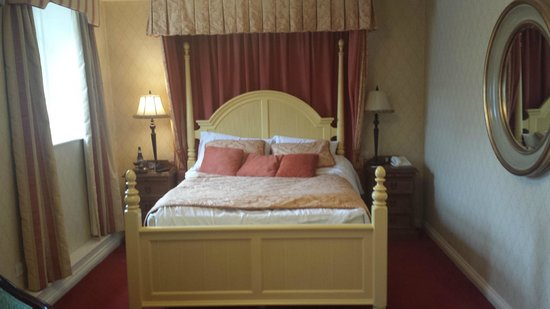 Kee's Hotel, Leisure & Wellness Centre: Half tester bed