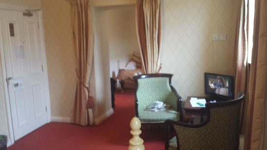 Kee's Hotel, Leisure & Wellness Centre : Entrance to small sitting room