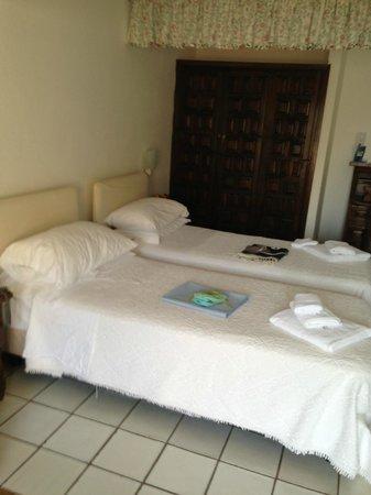 Hotel Spa Villa del Mare: Particolaqre dei due letti della nostra tripla