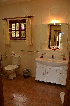 Britannia Hotel-Guest House: Salle de bain