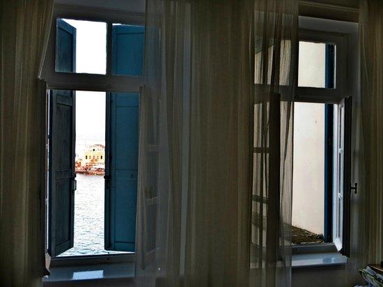 Amphora Hotel: La vista sul porto veneziano da una camera al secondo piano
