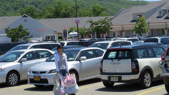 Woodbury Common Premium Outlets: Parking lot