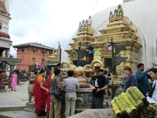วัดสวะยัมภูนาถ: Around the stupa at the top